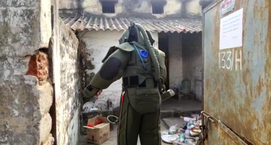 रेलवे के क्वार्टर से पुलिस ने बरामद की तीन जिंदा बम.